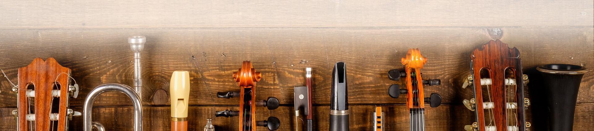 Różne instrumenty na tle drewna