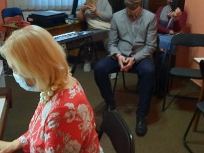 pani grająca na fortepianie w maseczce