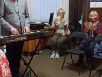 pani grająca na fortepianie, pan grający na na instrumencie Casio