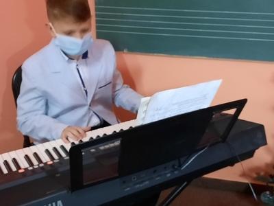 chłopiec grający na instrumencie Yamaha