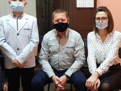 cztery osoby w maseczkach na twarzy